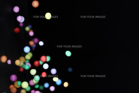 飛散る発泡スチロールのボールの写真素材 [FYI01242999]