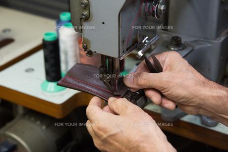 皮を縫う手の写真素材 [FYI01243008]