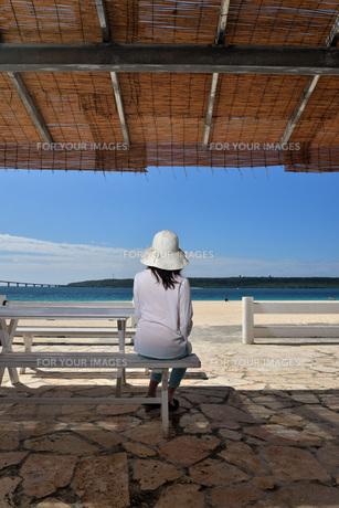 宮古島/冬のビーチテラスでポートレート撮影の写真素材 [FYI01243010]