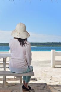 宮古島/冬のビーチテラスでポートレート撮影の写真素材 [FYI01243012]