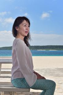 宮古島/冬のビーチテラスでポートレート撮影の写真素材 [FYI01243020]