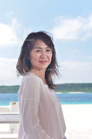 宮古島/冬のビーチテラスでポートレート撮影の写真素材 [FYI01243022]