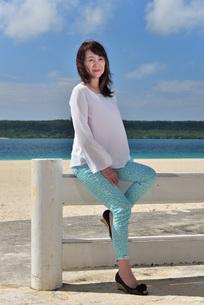 宮古島/冬のビーチテラスでポートレート撮影の写真素材 [FYI01243024]