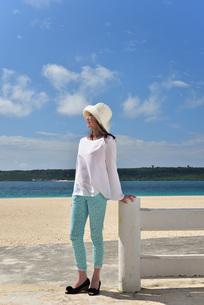 宮古島/冬のビーチテラスでポートレート撮影の写真素材 [FYI01243029]