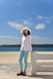 宮古島/冬のビーチテラスでポートレート撮影の写真素材 [FYI01243032]