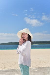 宮古島/冬のビーチテラスでポートレート撮影の写真素材 [FYI01243033]