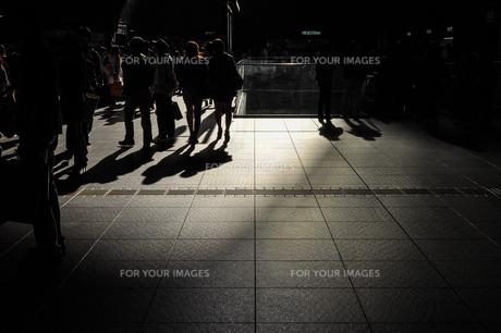 行き交う人々の写真素材 [FYI01243106]
