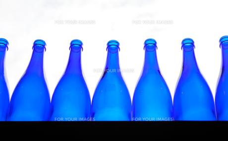 並んだ青いガラス瓶の写真素材 [FYI01243109]