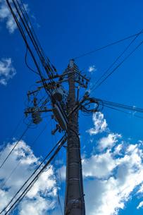 電柱と青空を見上げるの写真素材 [FYI01243111]