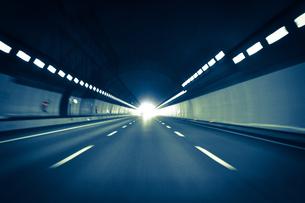 高速道路のトンネルを車で走るの写真素材 [FYI01243121]