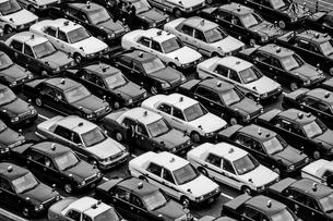 待機するタクシーの群れの写真素材 [FYI01243122]