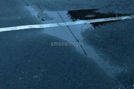 雨上がりの駐車場の写真素材 [FYI01243198]
