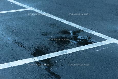 雨上がりの駐車場の写真素材 [FYI01243199]