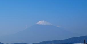 芦ノ湖から見た青空に浮かぶ富士の頂の写真素材 [FYI01243209]