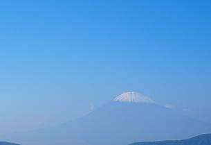 芦ノ湖から見た青空に浮か富士の頂の写真素材 [FYI01243210]