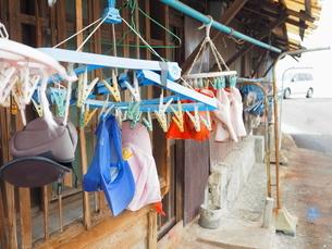 鞆の浦港のとある民家の軒先の写真素材 [FYI01243226]