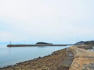 鞆の浦港からみる防波堤の写真素材 [FYI01243228]