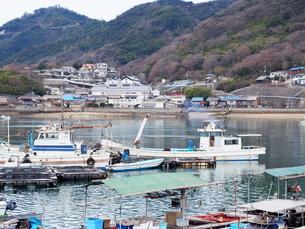 鞆の浦港に停泊する漁船の写真素材 [FYI01243231]