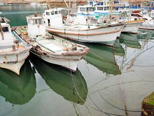 鞆の浦の海と停泊する漁船の写真素材 [FYI01243236]