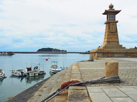 鞆の浦の海と灯篭燈の写真素材 [FYI01243260]