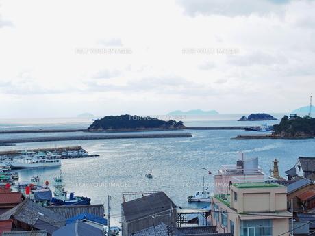 高台から見た鞆の浦の海と島々の写真素材 [FYI01243265]