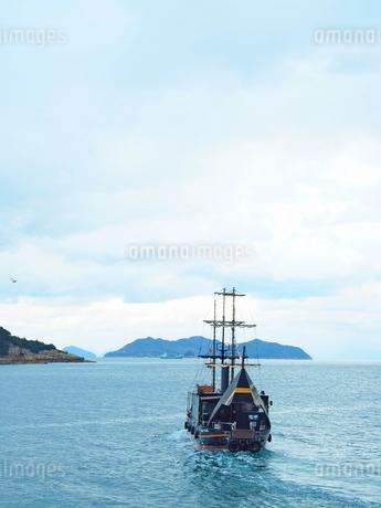 漁市場から見た鞆の浦の海と出向する船の写真素材 [FYI01243268]