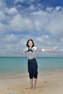 宮古島/冬のビーチでポートレート撮影の写真素材 [FYI01243292]