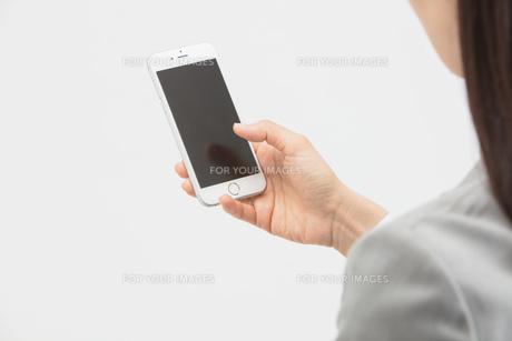 スマートフォンを操作する女性の写真素材 [FYI01243304]