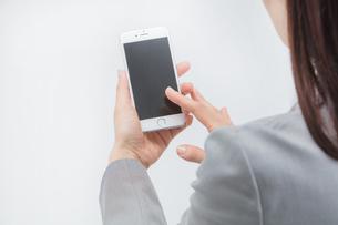 スマートフォンを操作する女性の写真素材 [FYI01243305]