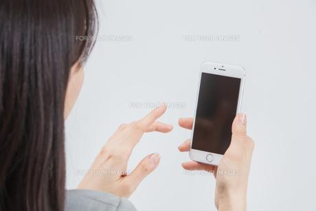 スマートフォンを操作する女性の写真素材 [FYI01243310]