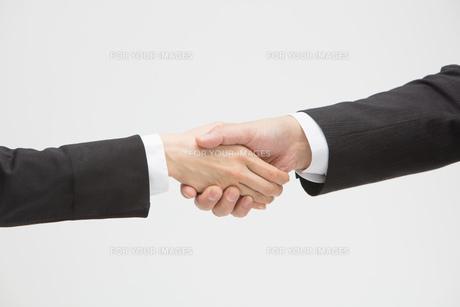 握手をするの写真素材 [FYI01243315]