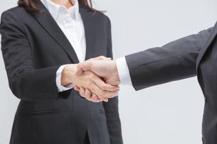 握手をするの写真素材 [FYI01243318]