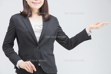 案内する女性の写真素材 [FYI01243320]