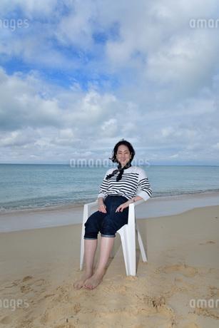 宮古島/冬のビーチでポートレート撮影の写真素材 [FYI01243346]