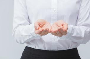 手をかざす女性の手の写真素材 [FYI01243350]