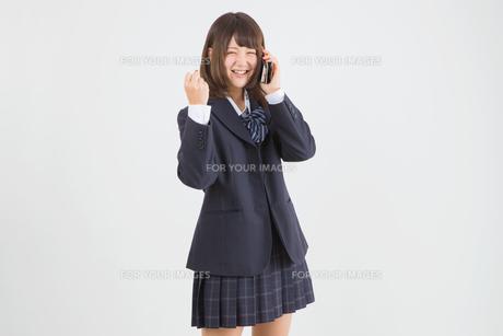 ガッツポーズをする女子高生の写真素材 [FYI01243396]