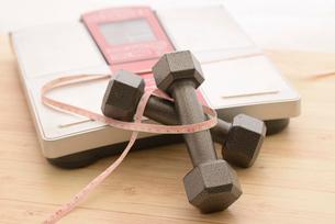 ダンベルと体重計とメジャーの写真素材 [FYI01243422]