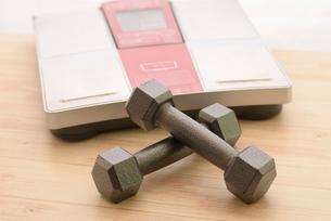 ダンベルと体重計の写真素材 [FYI01243424]