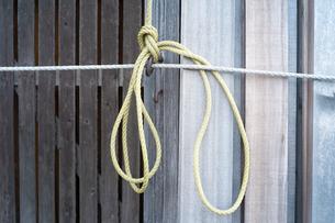 ロープで材木を結んでいるの写真素材 [FYI01243566]