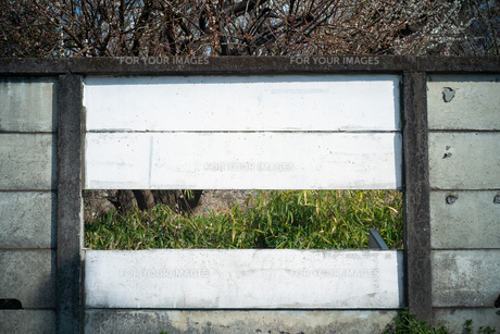 壁の一面が取り外されていて背景が見えるの写真素材 [FYI01243570]