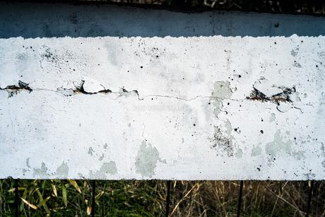 白い壁の一部にひび割れが見られるの写真素材 [FYI01243571]