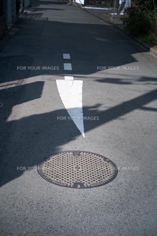 道路の矢印記号の先が少しだけ曲がっているの写真素材 [FYI01243572]