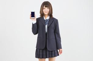 スマホを持つ女子高生の写真素材 [FYI01243758]