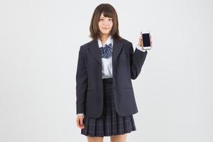 スマホを持つ女子高生の写真素材 [FYI01243760]