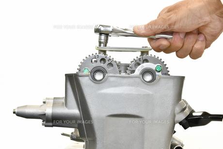 整備中のオートバイエンジンの写真素材 [FYI01243819]