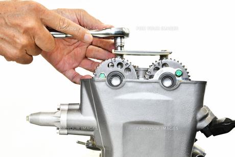 整備中のオートバイエンジンの写真素材 [FYI01243820]