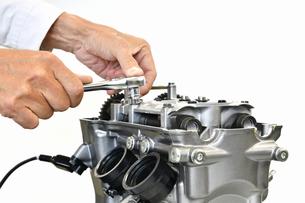 整備中のオートバイエンジンの写真素材 [FYI01243821]
