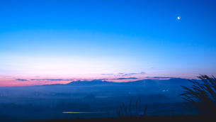 月と太陽と人の光で夜明けの白へと染まりゆく美瑛朝霧の丘の写真素材 [FYI01243845]