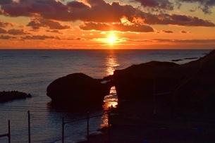 メガネ岩からの夕日の写真素材 [FYI01243859]