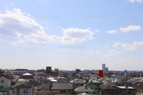 郊外の街並みと青い空の写真素材 [FYI01244046]
